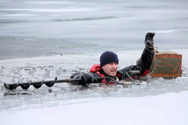 Уральских рыбаков научили определять прочность льда