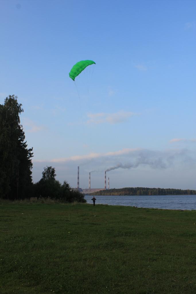 Запуск пилотажного кайта на пляже